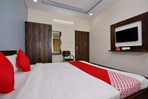 A bed or beds in a room at OYO 16577 Hotel Rajshree