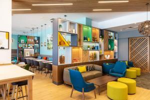The lounge or bar area at Holiday Inn - Dublin Airport, an IHG Hotel
