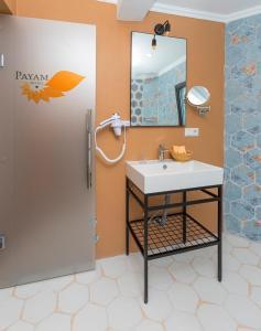 A bathroom at Payam Hotel