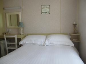 A bed or beds in a room at Summer Breeze Caravan