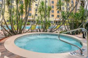 The swimming pool at or near Comfort Suites Maingate East