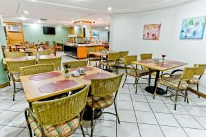 A restaurant or other place to eat at Dan Inn Curitiba