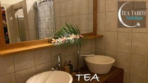 Um banheiro em TEA TAHITI HOLIDAYS - Fare Tea Tahiti