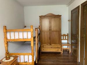 A bunk bed or bunk beds in a room at Casa planominguero