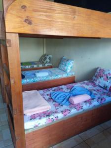Uma ou mais camas em beliche em um quarto em Pousada Querência
