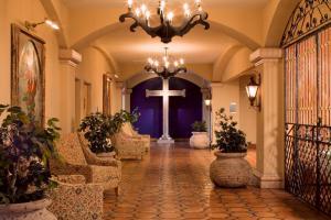 The lobby or reception area at Hotel Encanto de Las Cruces