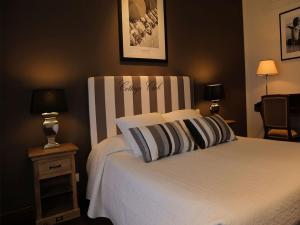 A bed or beds in a room at Hotel Ancora Riviera
