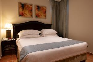 Cama ou camas em um quarto em Mövenpick Al Nawras Jeddah - Family Resort