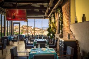 Um restaurante ou outro lugar para comer em Hillmond Hotel Baku