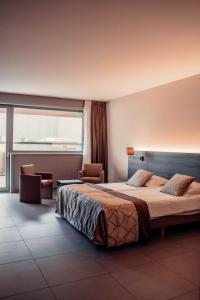 Een bed of bedden in een kamer bij Casino Hotel