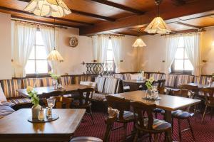 Ein Restaurant oder anderes Speiselokal in der Unterkunft Hotel Eydt Kirchheim