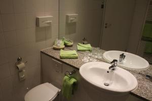A bathroom at H+ Hotel Erfurt