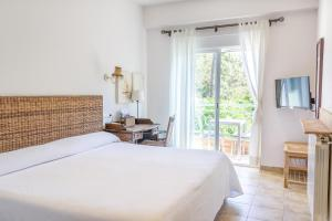 A bed or beds in a room at Hotel Noguera Mar