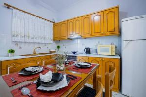 A kitchen or kitchenette at A comfy two bedroom apartment