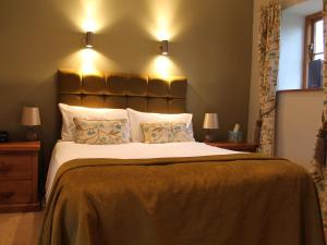 A bed or beds in a room at The Granary at Fawsley