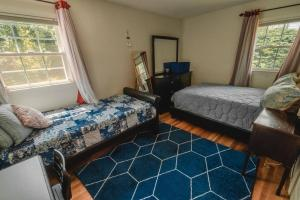 A bed or beds in a room at Meticulous,Beautiful, 3 Bedroom Home !