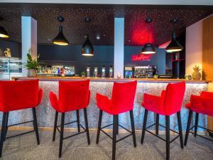 El salón o zona de bar de JUFA Hotel Salzburg