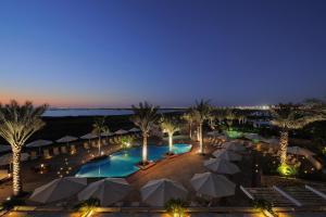 Vista sulla piscina di Park Inn by Radisson Abu Dhabi Yas Island o su una piscina nei dintorni