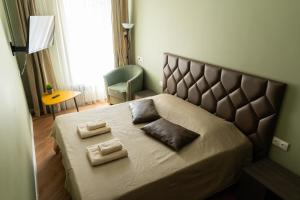 A bed or beds in a room at NasutkiPro Apartments on Fontanka