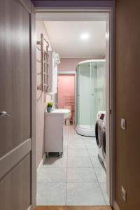 A bathroom at NasutkiPro Apartments on Fontanka