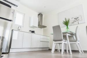 A kitchen or kitchenette at The Palm Leaf Apartments