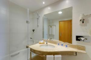 A bathroom at TRYP Porto Expo Hotel