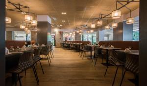 Un restaurante o sitio para comer en Apartamentos California