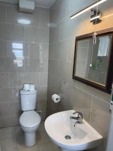 A bathroom at The Clarendon Hotel