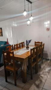 A restaurant or other place to eat at Residencial P. Harris