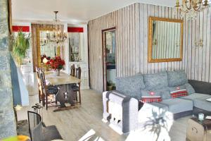 A seating area at CHALET Ski ARINSAL 6 a 8 pers -