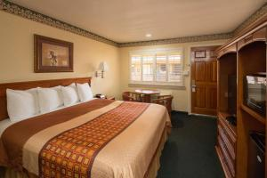 A bed or beds in a room at Geary Parkway Motel