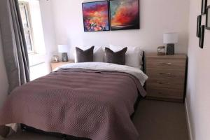 A bed or beds in a room at Modern luxurious house with Parking and Garden