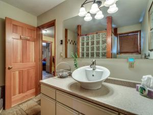 A bathroom at Golden Dreams B&B