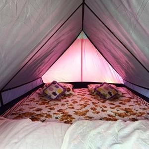 A bed or beds in a room at Camps n Boots