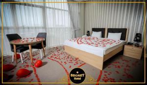 Cama ou camas em um quarto em Secret Hotel Baku