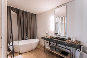Ein Badezimmer in der Unterkunft zelloon boutiquehotel