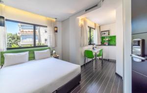 Een bed of bedden in een kamer bij 130 Rock Apartments