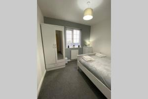 """A bed or beds in a room at """"Fishermans House"""" - Beautiful 4 Bed 3 Bath House - Ideal Families, Contractors & Mixed Groups, Parking, Netflix, W-Fi and Close to Beaches, Shops & Restaurants"""