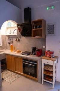 Cuisine ou kitchenette dans l'établissement Le grand blue