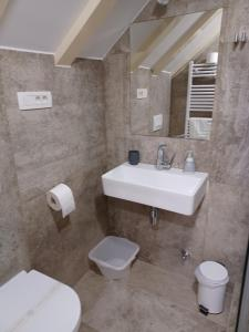 A bathroom at JR Luxury Guesthouse