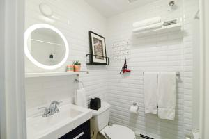 A bathroom at Edison's Inn and The Perth County Inn - 2 Beautiful Boutique Inns on the Same Block