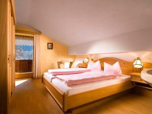 A bed or beds in a room at Gasthof-Ferienwohnungen Dürrlehen