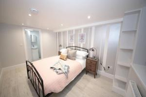 A bed or beds in a room at FW Haute Apartments at Luton 5 Bedrooms and 3 Bathrooms HOUSE King or Twin beds with FREE WIFI FREE PARKING