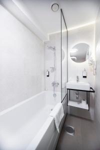 A bathroom at Rija Old Town Hotel