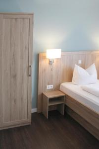 A bed or beds in a room at Businesshotel Berlin