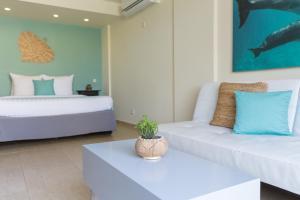 Een bed of bedden in een kamer bij Dolphin Suites & Wellness