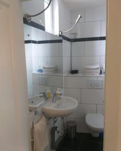 A bathroom at FloorOne - Geräumige, gemütliche Unterkunft in zentraler Lage