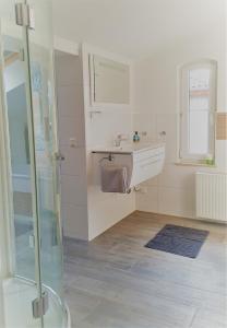 """A bathroom at Ferienwohnung """"Burgblick"""""""