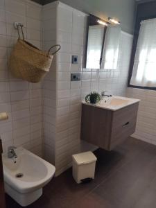 A bathroom at Hotel Arco Navia