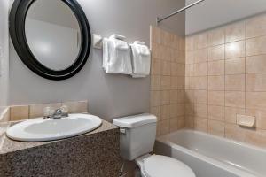 Salle de bains dans l'établissement Econo Lodge